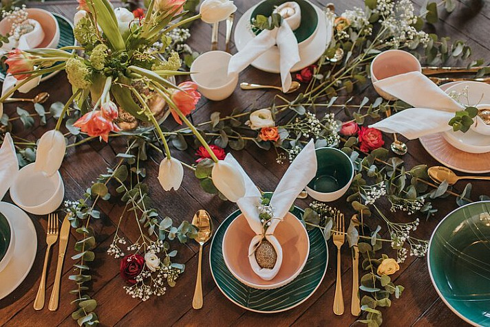 Ostertisch-Deko - Gefaltete oder gefärbte Servietten passen einfach zu jeder festlichen Tischdeko