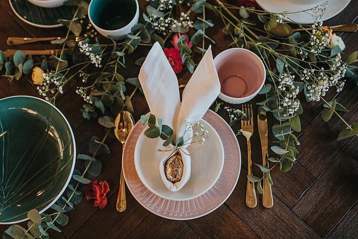Ostertisch Deko Porzellan: Hübsch sehen auch mit frischem Grün verzierte Platzkärtchen aus