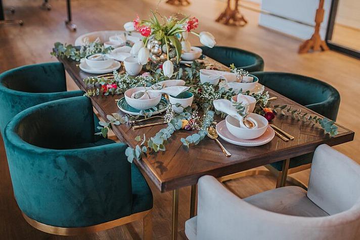 Ostertisch Deko: Vasen und Pflanzgefäße gern munter mischen, dabei aber auf verbindende Elemente wie Materialien und Farbfamilien achten