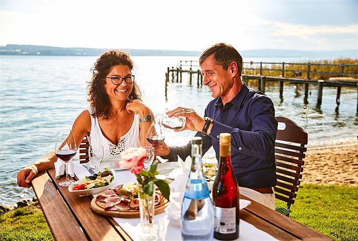 gemeinsam Essen am See - Genießen Sie einen aktiven Tag und entspannen Sie sich später am Abend bei einem feinen Glas Bodenseewein und regionalen Schmankerln