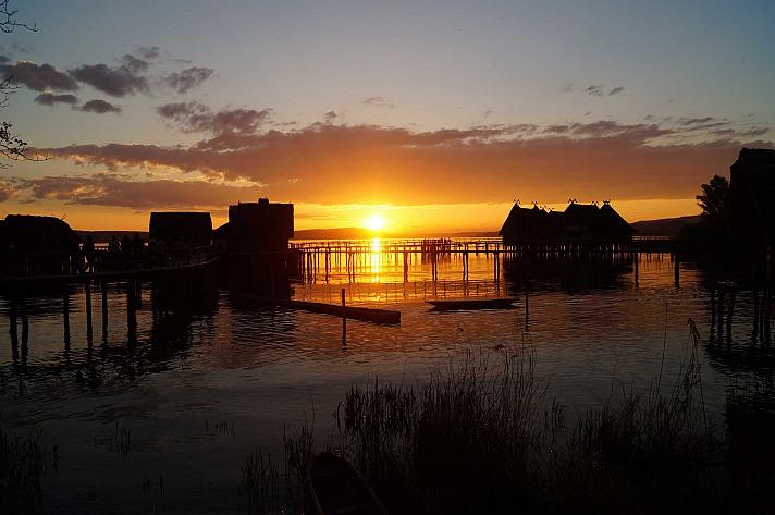 Pfahlbauten im Sonnenuntergang: Der Bodenseeradweg führt Sie schließlich weiter durch das Naturschutzgebiet Seefelder Aach über den ruhig gelegenen Weiler Seefelden bis nach Unteruhldingen zurück