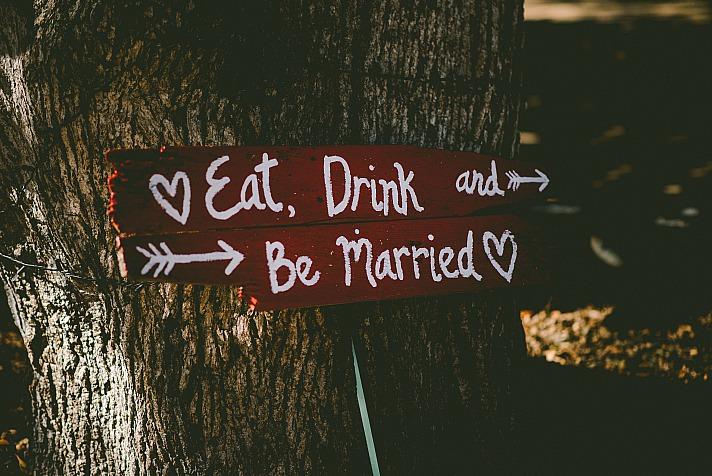 Baumstümpfe oder auch Fässer sind die ideale Ergänzung zu Eurer Hochzeitsdeko
