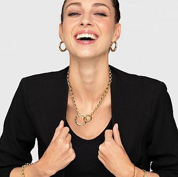 Ob es sich um eine simple Halskette oder eine Perlenkette handelt, dieses Accessoire kann jedes Outfit wertschätzen und es eleganter machen