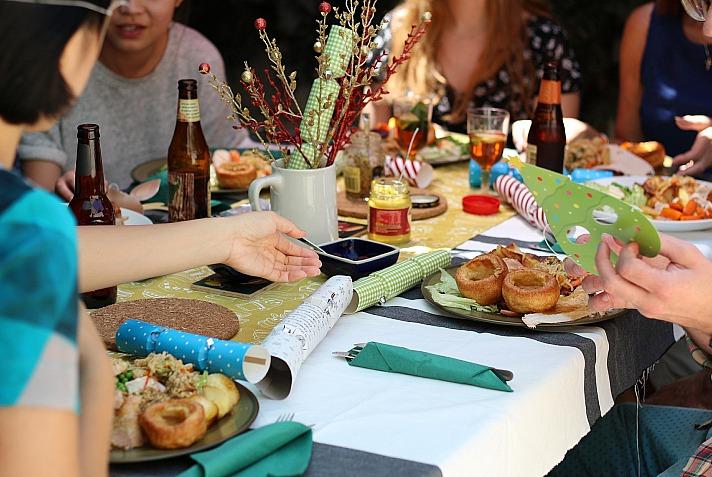 Mit Familie und Freunden an einem gedeckten Tisch zu sitzen gehört zum Sommer dazu. Noch schöner wird das Treffen, wenn die Tischwäsche selbst gemacht ist