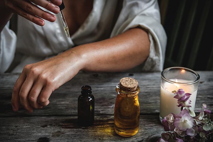 Pflanzliche Extrakte und Öle können zur Entspannung beitragen.