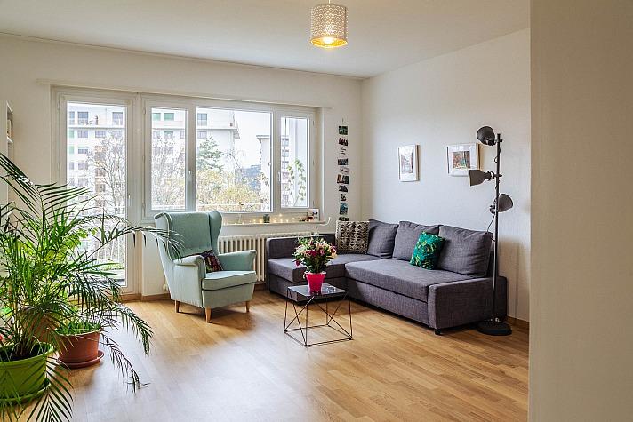 Teure Renovierung im Wohnzimmer? Das geht auch selbst!