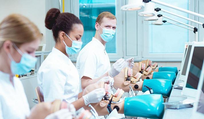 Tatsächlich bietet ein Zahnarztbesuch in Ungarn viele Vorteile