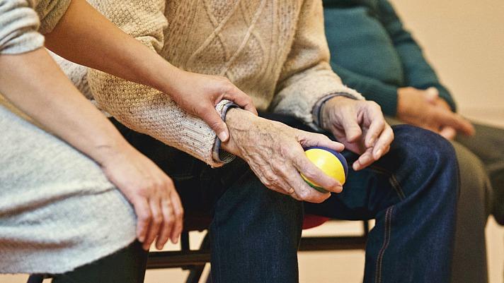 PflegeBox erleichtert die Pflege von Angehörigen