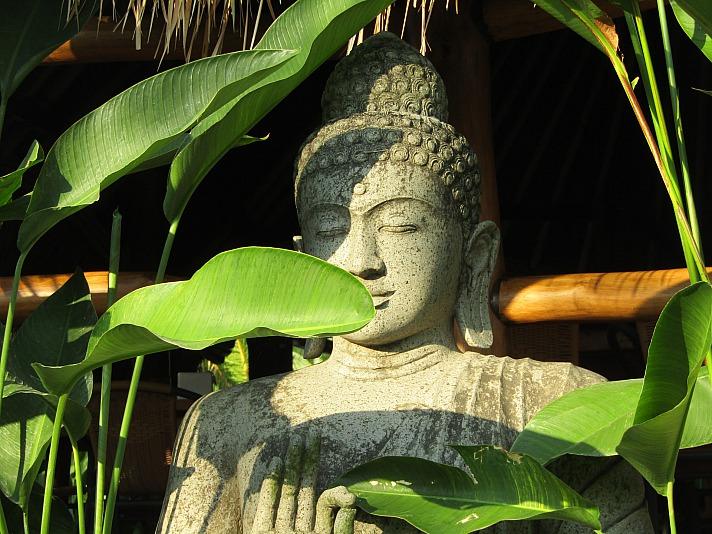 Eine Buddha Statue im heimischen Garten