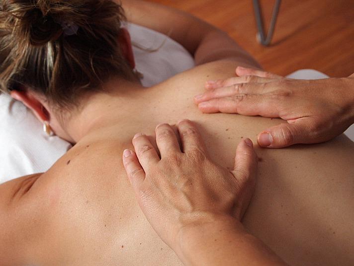 Bei der klassischen Massage sorgen Handbewegungen dafür, dass sich die Hautschichten vornehmlich an der Oberfläche bewegen. Dehnen, Kneten, Klopfen und Kreisbewegungen stehen im Fokus für einen unmittelbaren Effekt