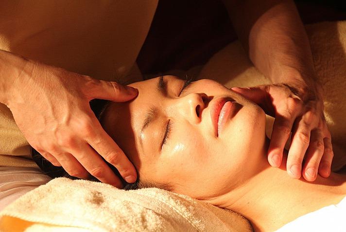 Bei der Thai-Massage liegt der Fokus auf den Energielinien, die aktiviert werden. Doch auch Dehn- und Atemübungen, die an das traditionelle Yoga angelehnt sind, sind Grundzüge der Thai-Massage