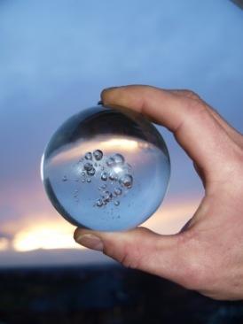 Glaskugel vor Sonnenuntergang | Objekte | johnnyb / pixelio