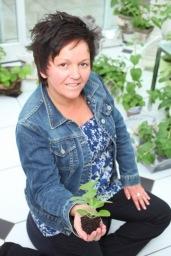 Annette Maria Böhm mit einem Flower of Change Ablegerchen